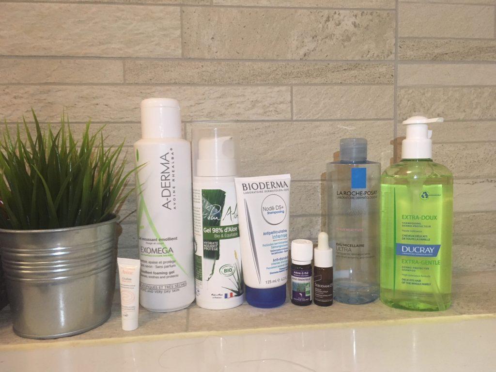 produits que j'utilise contre la DS : gel d'aloe vera, huile essentiel de tea tree, shampoing doux, shampoing Nodé DS+, eau micellaire
